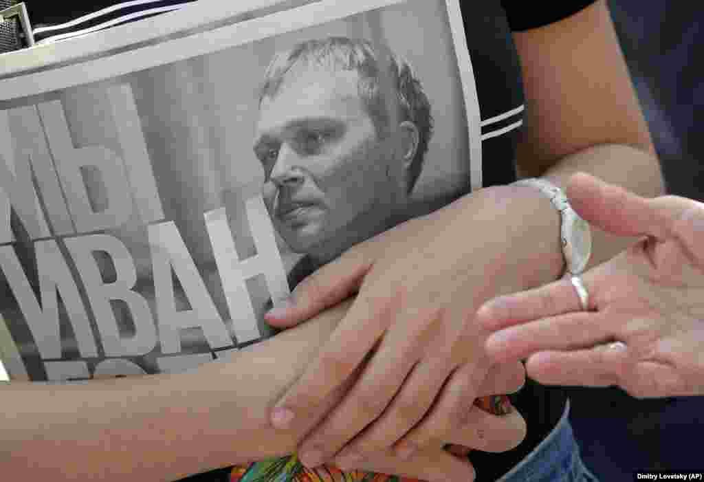 """Журналиста-расследователя Ивана Голунова задержали 6 июня в Москве, обвинив в распространении наркотиков. Позже егоотправилипод домашний арест, заявив, что в рюкзаке и в квартире журналистанашли наркотические вещества. После волны протестов Голуноваосвободилиот ответственности в связи с недоказанностью его вины, а дело в отношении него закрыли. Но инициаторы шествия отменять запланированный марш не стали. Люди, которые вышли 12 июня на улицы Москвы, требуют расследования других сфабрикованных уголовных дел, реформы статьи 228 (""""Распространение наркотиков"""") и освобождения невиновных"""