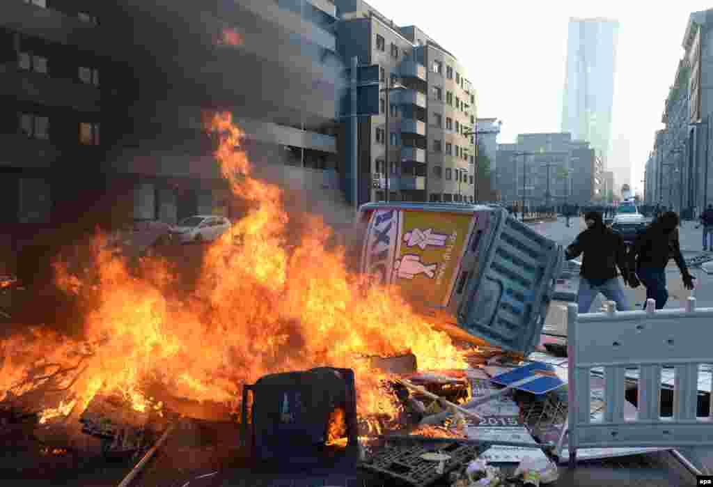 Демонстранты устраивали баррикады из горящих обломков, чтобы затруднить работу полиции