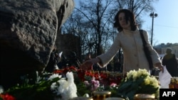 Соловецкий камень на Лубянской площади в Москве - мемориал памяти жертв сталинских респрессий
