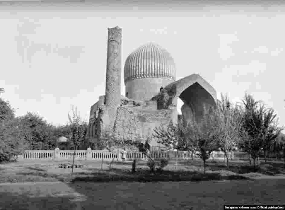 """Гур-Эмир (""""Гробница эмира"""") – мавзолей Тамерлана, усыпальница тимуридов. Мавзолей был построен в 1404 году, после смерти Мухаммада Султана, любимого внука и прямого наследника Тамерлана. В гробнице находятся могилы Тамерлана, его сыновей Шахруха и Миран-шаха и его внуков, в том числе Улугбека, известного математика и астронома. Он построил одну из наиболее значительных обсерваторий средневековья. Фотография слева сделана в начале XX века."""