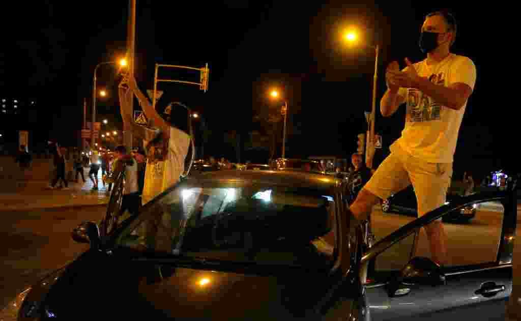 Вечером в районе улицы Притыцкого находились около 10 тысяч человек. Горожане, а также корреспондент Настоящего Времени сообщали о бесконечных взрывах светошумовых гранат