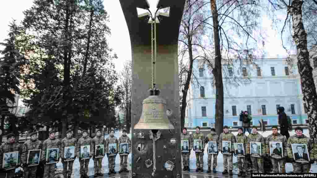"""У мемориала ударом в колокол каждый день поминают """"военнослужащих Вооруженных сил Украины, которые погибли за свободу, независимость и территориальную целостность Украины, мир во всем мире и порядок"""""""