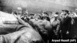 Люди вокруг снесенного памятника Иосифу Сталину. Будапешт, 1956 год