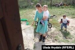 С одеждой для детей и канцелярскими товарами семье помогают волонтеры из Беларуси и Польши