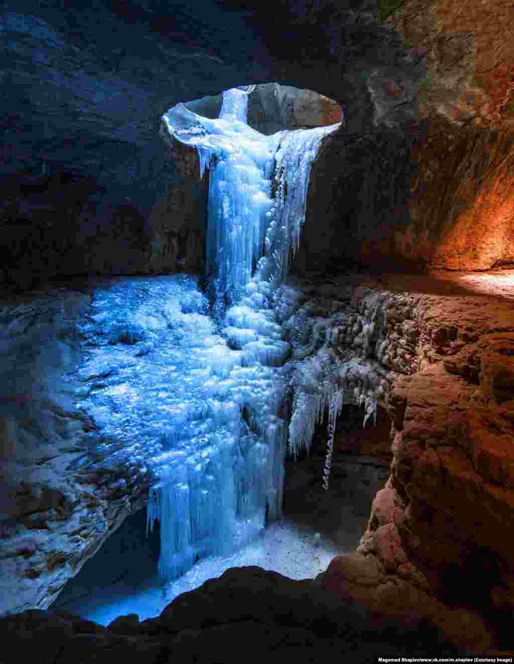 """""""Обычно мы находимся в диких условиях по нескольку дней. Иногда нас нет целую неделю"""", – рассказывает 24-летний фотограф. На фото – застывший водопад в пещере возле деревни Сальта Гунибского"""