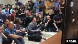 Рэпер Oxxxymiron смотрит трансляцию заседания по делу Жукова в Мосгордсуде