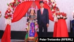 Молодожены на дунганской свадьбе. Село Сортобе, Казахстан, 27 августа 2018 года