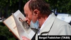 Мужчина целует портрет поэта Александра Пушкина во время празднования Дня русского языка. Фото: ТАСС