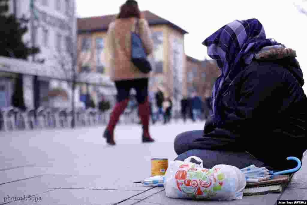 Попрошайка на площади Матери Терезы в Приштине. Фото – Йетон Сопа
