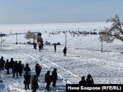 Протестующие во Владивостоке на льду залива