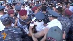 Полиция задерживает участников протеста на проспекте Баграмяна в Ереване