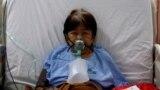 """60-летняя пациентка с коронавирусной инфекцией в палате интенсивной терапии в больнице Джакарты, Индонезия, где активно распространяется штамм """"дельта"""". 29 июня 2021 года. Фото: Reuters"""