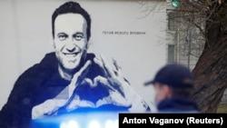 Граффити с Алексеем Навальным в центре Санкт-Петербурга