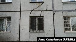 Трещины в стенах дома в Чите