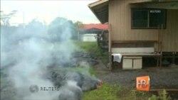 На Гавайях лава разрушила первый дом