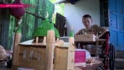 Мальчик-инвалид строит замки из ... палочек от мороженого