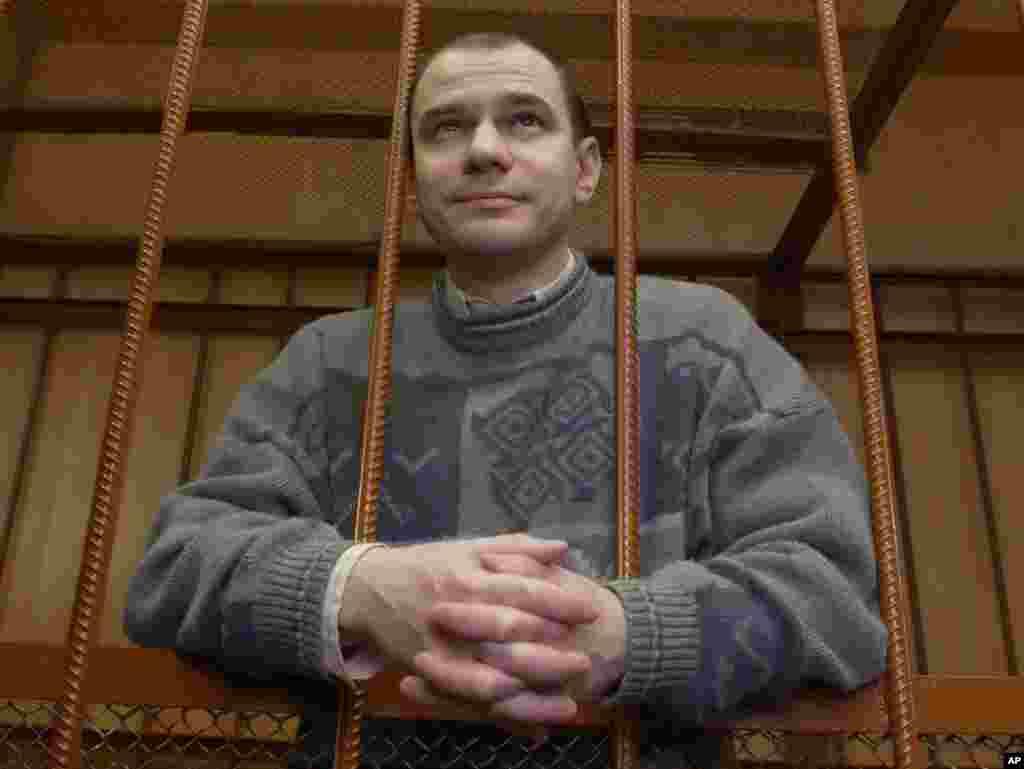 Россия также обменяла ученого в области атомной энергетики Игоря Сутягина. В 2004 году его приговорили к 15 годам тюрьмы по обвинениям в шпионаже в пользу спецслужб Великобритании, сам Сутягин эти обвинения отвергал. Но для того, чтобы его смогли обменять, а президент Медведев – помиловать, в 2010-м Сутягину пришлось признать вину
