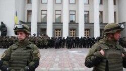 В Раде депутат зажег дымовую шашку во время принятия законов о статусе Донбасса