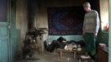 Односельчане помогают больному шизофренией, у которого отбирают дом