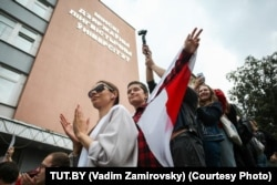Студентка МГЛУ Полина Костина с флагом. Фото: Вадим Замировский (TUT.BY)