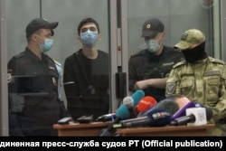 A Kazan court on May 12, 2021 sentences Ilnaz Galyaviyev (center) to two months of pre-trial detention for the May 11, 2021 armed attack on the city's School No. 175.