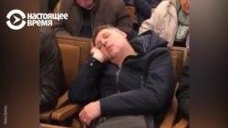 Человек спит в горсовете Одессы, чтобы в зал не вошли активисты