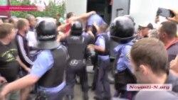 В Украине около сотни местных жителей пытались совершить самосуд над шестью полицейскими