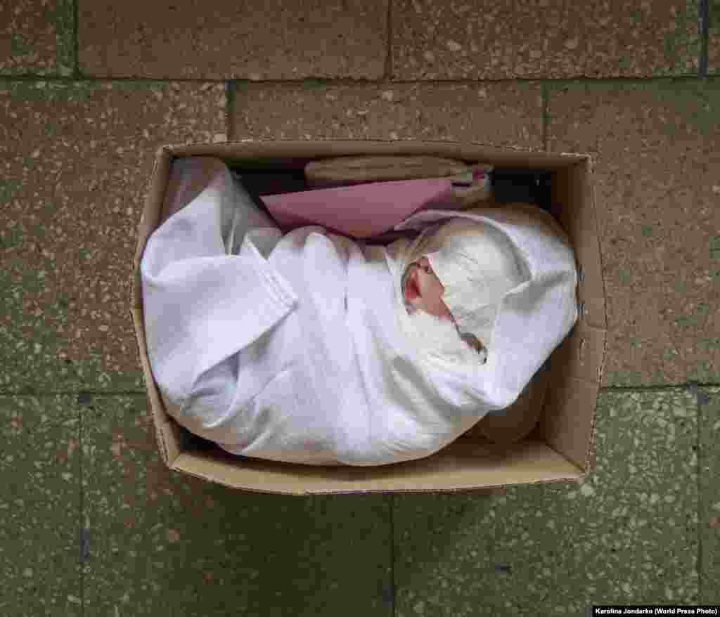 """Упакованная реборн кукла в ожидании отправки к новым""""родителям"""" (29 апреля 2015). В коробке – свидетельство о рождении и комплект детской одежды. Открытие коробки обычно очень важно для новых владельцев кукол. Реборны – гиперреалистичные куклы младенцев – появились еще в начале 90-х. Каждая кукла уникальна. Второе место в категории""""Долгосрочный проект"""", автор –Каролина Йондерко"""
