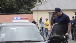 Саакашвили-полицейский проверяет документы и катается в багажнике