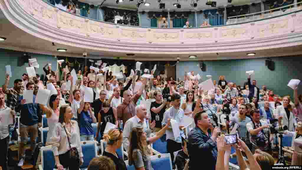 Сотрудники Купаловского театра показывают бывшему министру культуры Юрию Бондарю заявления об увольнении, 17 августа, Минск.