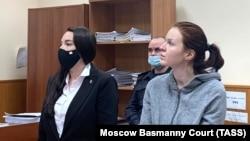 Пресс-секретарь Алексея Навального Кира Ярмыш (справа)