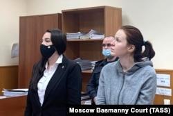 Пресс-секретарь Алексея Навального Кира Ярмыш (справа) во время избрания ей меры пресечения в Басманном суде, 1 февраля 2021 года. Фото: ТАСС