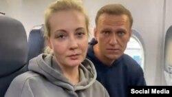 """Юлия и Алексей Навальные: """"Мальчик, водочки нам принеси. Мы домой летим"""""""