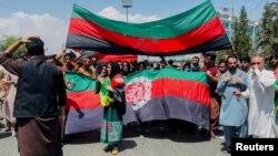 Демонстрация в Кабуле под национальным флагом против власти талибов, 19 августа