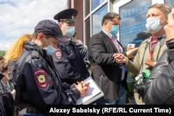 Полицейские у входа в гостиницу, где проходил Земский съезд муниципальных депутатов. Великий Новгород, 22 мая 2021 года