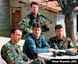 Хашим Тачи (в центре) во время пресс-конференции в секретном укрытии ОАК. 13 марта 1999 года