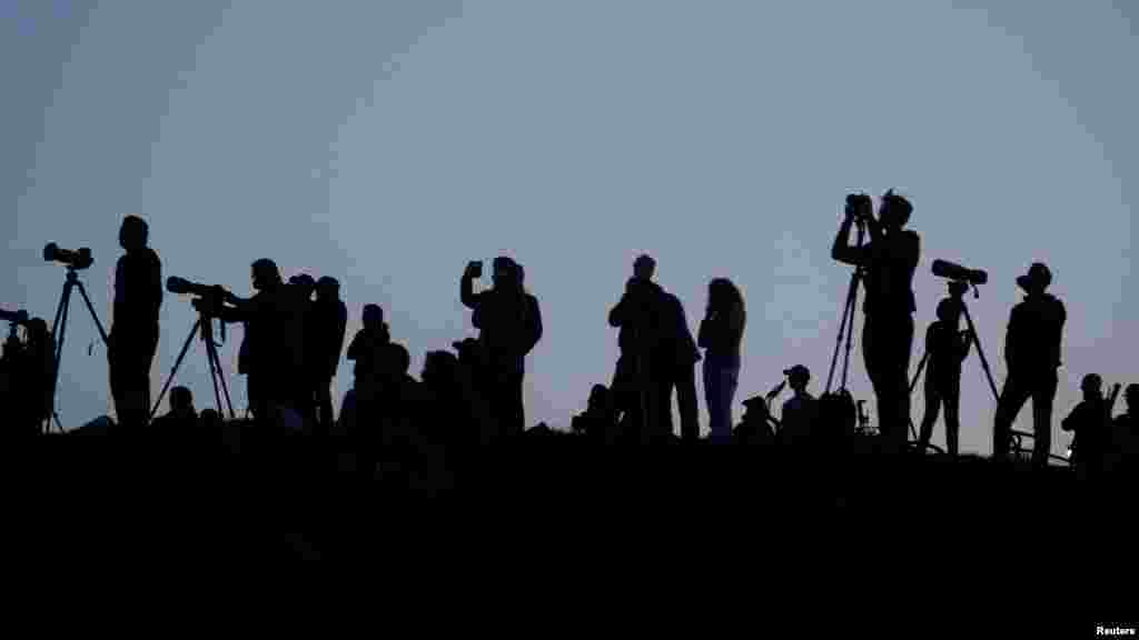 Британские любители астрономии собрались на одном из холмов в Лондоне, чтобы насладиться суперлунием