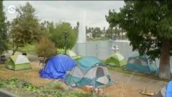 В Лос-Анджелесе для бездомных установили туалеты, душ, станцию зарядки телефонов и библиотеку
