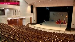 Театр на воде: из-за ошибки проектировщиков актеры в Грузии играют в болоте посреди сталагмитов