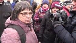 Женщина пришла голосовать в посольство РФ в Киеве. Ее не пустили и кинули в нее снегом