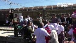 Беженцы пересекают границу в македонской Гевгелии
