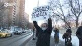 """""""Вы убираете плакат, либо вы идете с нами"""". У Мосгорсуда задержали мужчину с плакатом """"Свободу свободе"""""""