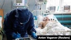 Пациент с COVID-19 в интенсивной терапии одной из больниц Вологды, ноябрь 2020 года. Фото: Reuters