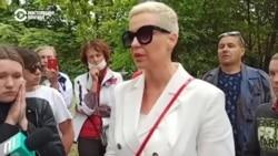 Мария Колесникова разговаривает с родственниками задержанных у изолятора в Минске