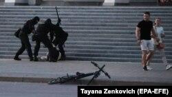 Полицейские избивают человека во время акции протеста в Минске. 10 августа 2020 года