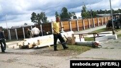 Строительство внутреннего забора вокруг бараков в лагере под Слуцком