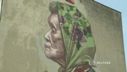 Граффити из мусора создает уличный художник в польском городе Лодзь