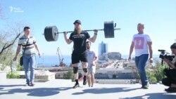 Спортсмен поднялся со штангой в 100 кг по Потемкинской лестнице в Одессе
