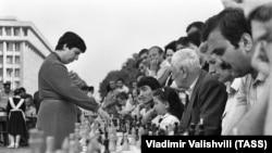 Международный гроссмейстер Нона Гаприндашвили во время сеанса одновременной игры, 1987 год
