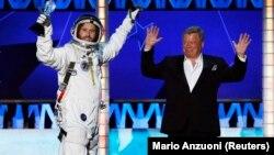 Уильям Шетнер (справа) защищал свою программу про космос на RT America, но сдался под напором фанатов